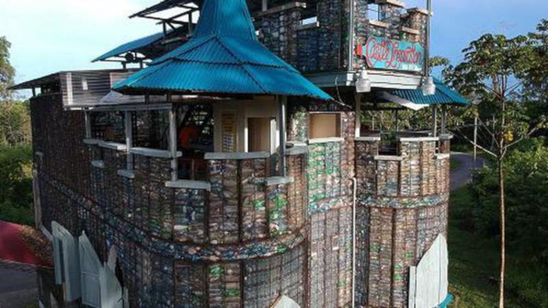 Житель Канады построил деревню из пластиковых бутылок. дом, житель, пластик, деревня, Канада
