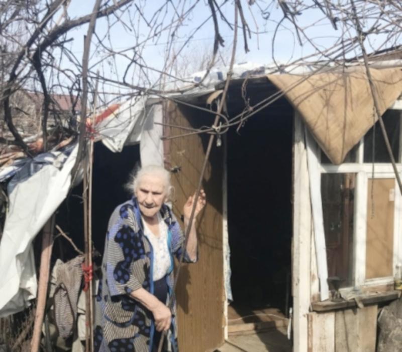 90-летняя пенсионерка отказывается переезжать в квартиру и живет в сарае. дом, квартира, жилье, сарай, пенсионерка