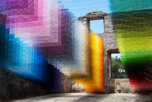 Полуразрушенный дом в Греции дополнили пиксельной инсталляцией. 14086.jpeg