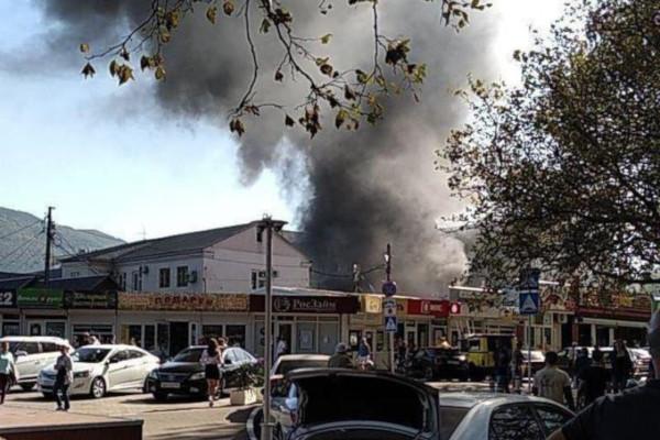В Геленджике эвакуировали жителей домов в районе пожара на рынке. дом, рынок, пожар, эвакуация, Геленджик
