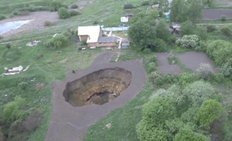 В Тульской области при обвале грунта образовалась яма размером с пятиэтажку. дом, квартира, яма, грунт, Тула