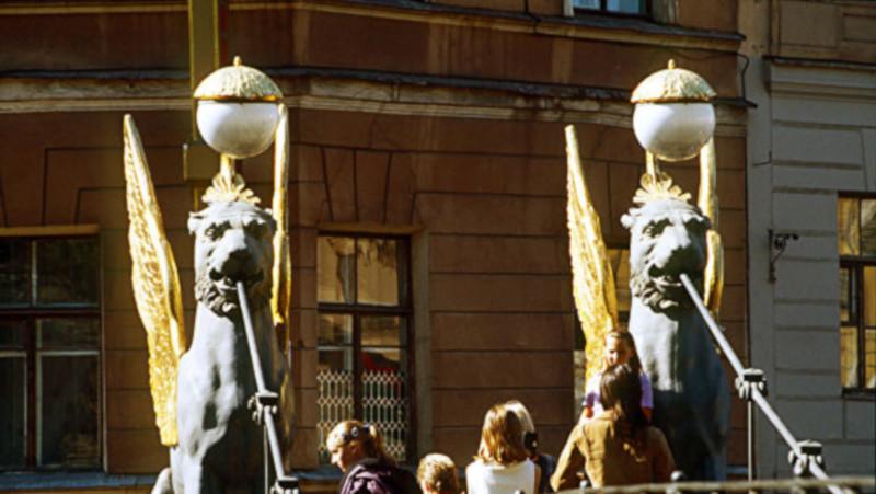 Скульптуры грифонов возвращаются на Банковский мост в Петербурге. скульптуры, грифоны, мост, Банковский мост, Петербург
