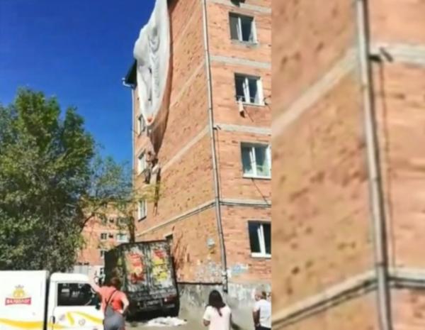 В Приморье десантник зацепился парашютом и повис на фасаде пятиэтажки. дом, здание, парашют, пятиэтажка, Приморье