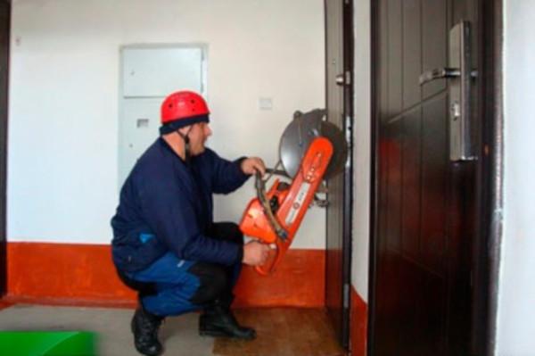 В Саранске спасателям пришлось взламывать дверь в квартиру с ребёнком внутри. дом, квартира, ребенок, МЧС, Саранск, Мордовия