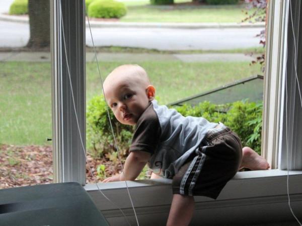 Двухлетний малыш один ушел из дома через балкон. дом, квартира, ребенок, балкон, Малоярославец