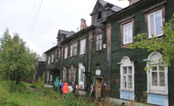 Житель Архангельска не хочет покидать аварийный дом из-за 16 кошек. дом, квартира, кошки, Архангельск