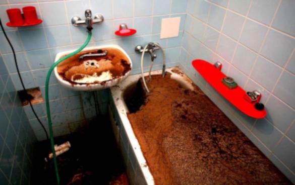В Саратове засорившуюся канализацию чистят третьи сутки. 14166.jpeg