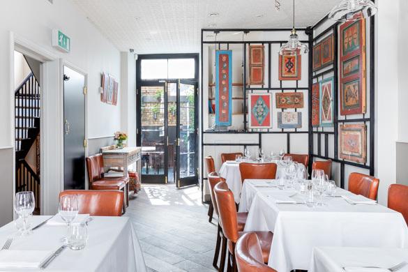 В Лондоне в ресторане разместили русские сани и прялки. 14167.jpeg