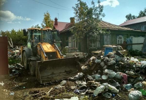 Рабочие расчистили свалку, которую мужчина собирал 7 лет. участок, свалка, рабочие