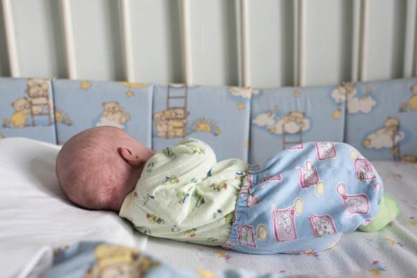 В Саратове мать оставила новорожденного одного в квартире. дом, квартира, женщина, новорожденный ребенок, Саратов