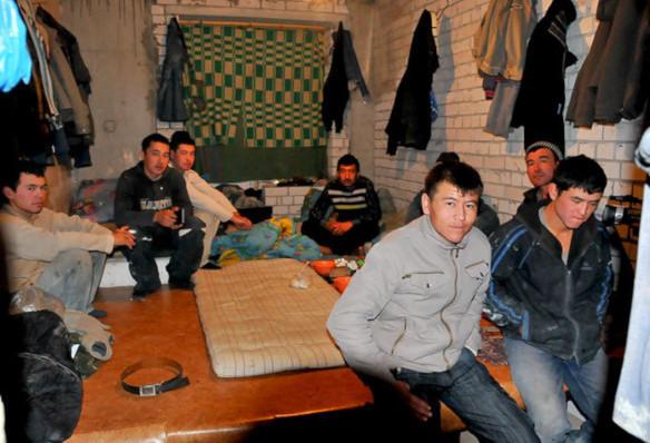 В Кузбассе владелица «резиновой» квартиры прописала у себя 11 нелегалов. дом, квартира, нелегалы, регистрация, Кузбасс