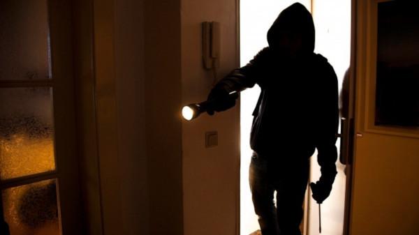 В Москве водителя украли из квартиры 17,5 миллионов рублей. дом, квартира, деньги, кража, водитель, Москва