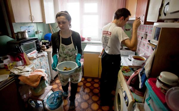 Россияне экономят на еде и «затягивают» с рождением детей из-за жилья. дом, квартира, жилье, дети