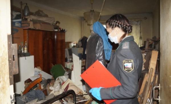 Коммунальных должников заставили убирать квартиру-помойку. дом, квартира, коммунальщики, помойка, Уфа