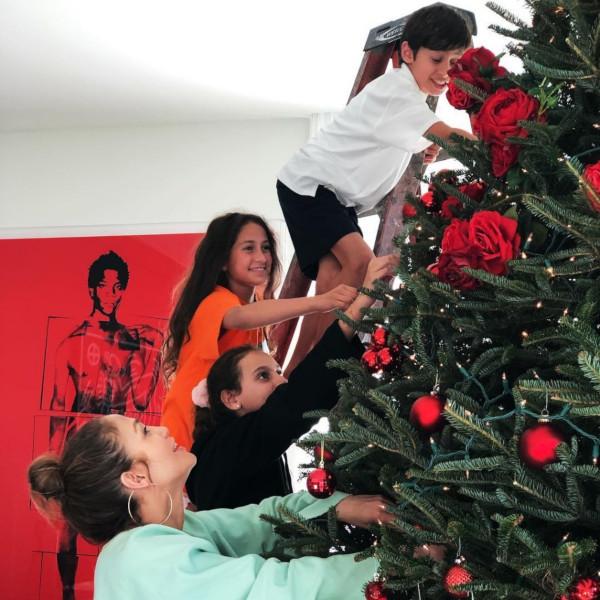 Дженифер Лопес украсила новогоднюю елку красными шарами и розами. 14314.jpeg
