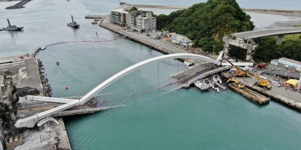 На Тайване обрушился пролет моста. мост, обрушение, провинция Илань, Тайвань