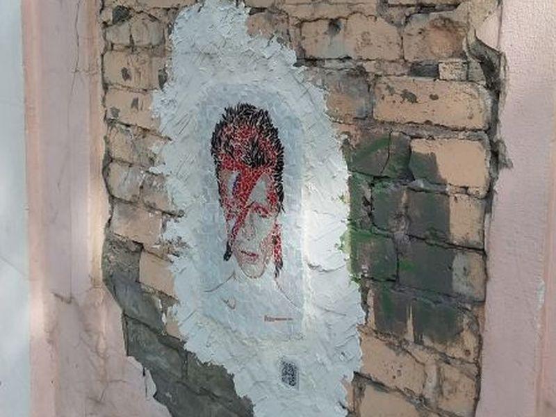 Мозаичный Дэвид Боуи появился на стене в центре Воронежа. дом, мозаика, портрет, художник, Дэвид Боуи, Воронеж