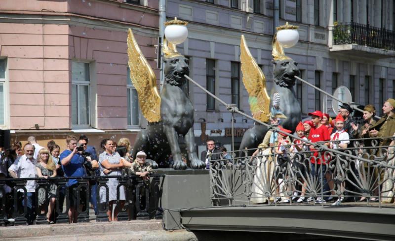 На Банковском мосту вновь засияли крылья грифонов.. мост, скульптуры, грифоны, Банковский мост, Петербург