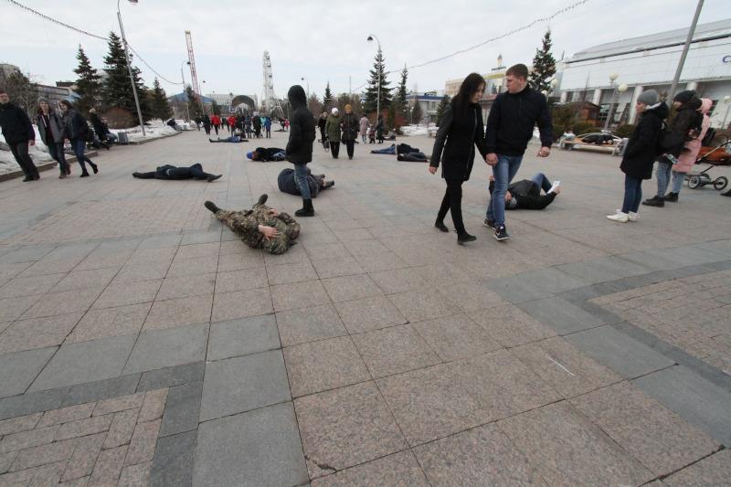 Флешмоб вТюмени: протестующие против роста тарифов ЖКХ попадали наасфальт. 15538.jpeg