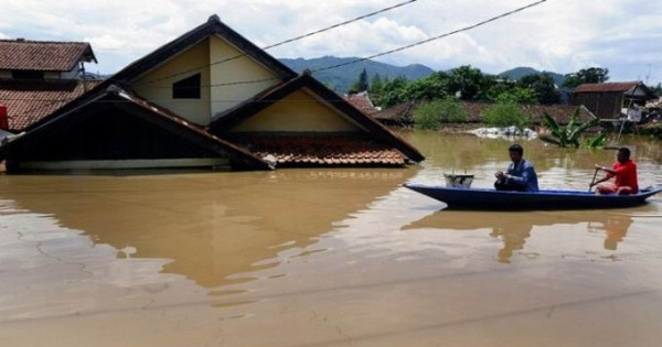Наводнения в пострадавшем от цунами районе острова Ява: дома затоплены по крыши. Видео, фото. 14561.jpeg