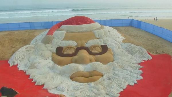 На пляже индийского города Пури появился огромный Санта-Клаус. 14568.jpeg