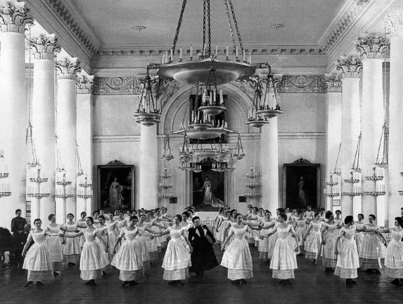 В музей Смольного передадут уникальный саквояж классной дамы. музей, Смольный, саквояж, классная дама, Петербург