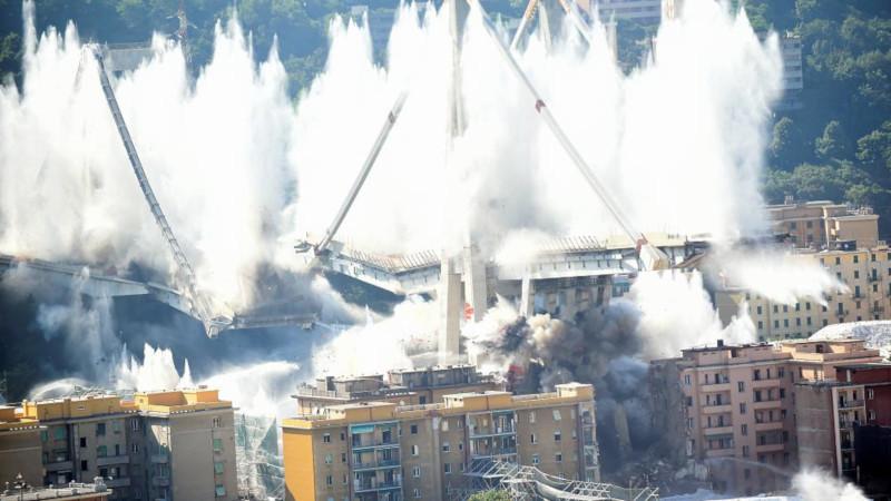 В Генуе снесли взрывом остатки моста Моранди. мост, взрыв, Генуя, Италия