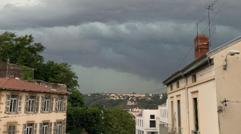 Во Франции 70 тыс. домов остались без света из-за сильной бури. дом, жилье, электроэнергия, свет, Франция