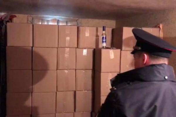 В Петербурге в подпольном цехе нашли 168 тонн поддельного алкоголя. подпольный цех, помещения, склад, алкоголь, Петербург