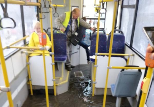 По Парашютной прошёл «круизный автобус с бассейном». транспорт, автобус, бассейн, лужа, Парашютная улица, Петербург