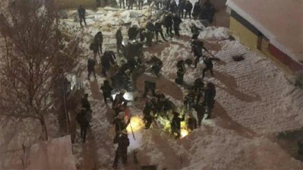 Крыша здания обрушилась на людей в Харькове. 14690.jpeg