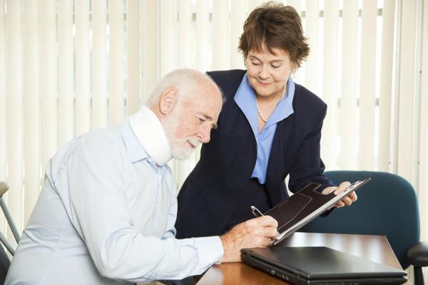 Одиноких пенсионеров защитят от