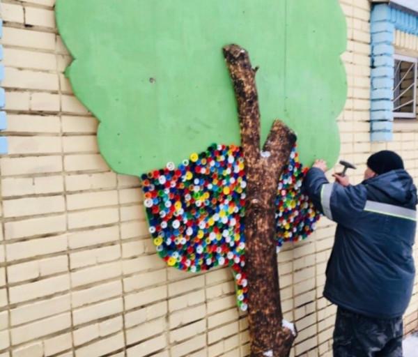 На стене общественного туалета вырастили дерево из пластиковых крышек. 14815.jpeg