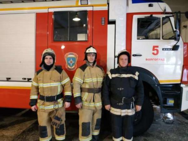 В Волгограде пожарный вынес из горящей квартиры младенца. 14859.jpeg