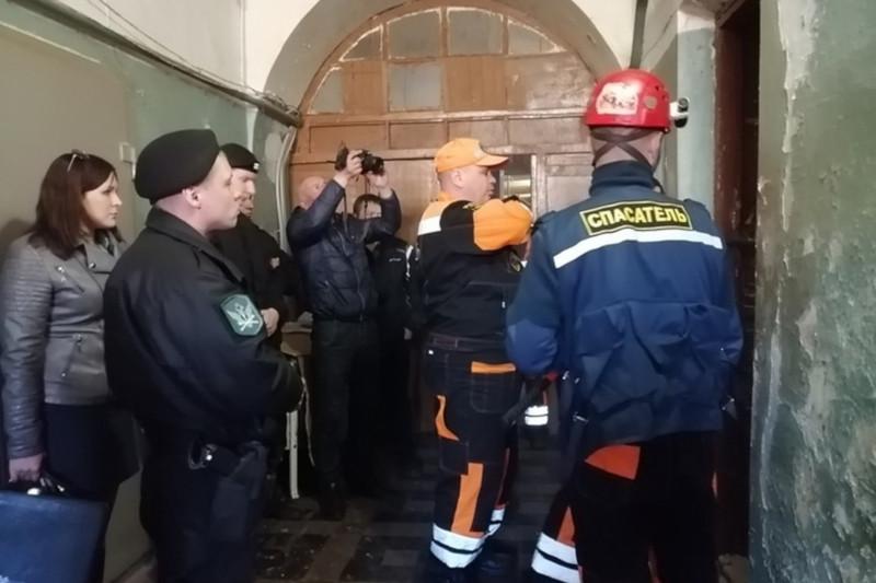 Жители забаррикадировались в квартире, требуя элитное жилье. дом, квартира, жилье, МЧС, Ярославль