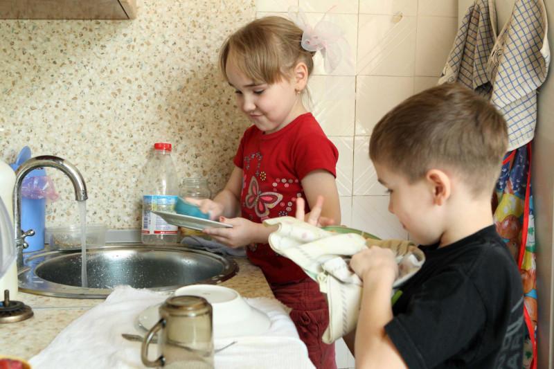 Женщина придумала необычный способ, как  заставить детей помогать по дому. дом, квартира, семья, мама, дети, уборка