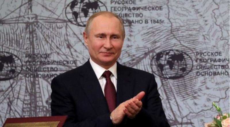 Владимир Путин осмотрел старинную фаянсовую посуду с затонувшего судна. русское географическое общество, президент, Путин, судно, корабль, посуда, выставка