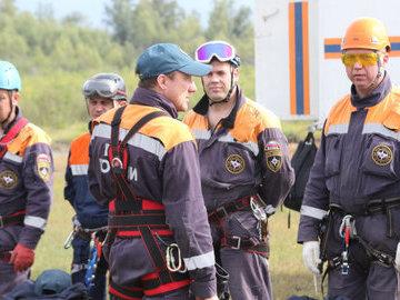 В Москве спасатели помогли родителям открыть квартиру, где остались дети