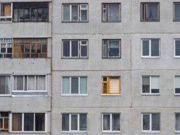 Житель панельного дома прорубил в несущей стене два окна