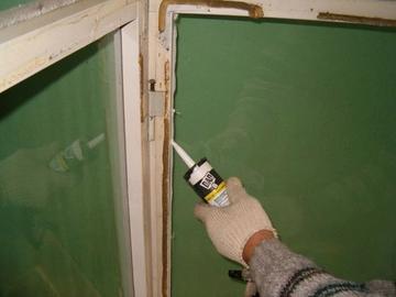 Как правильно заделать щели в окнах
