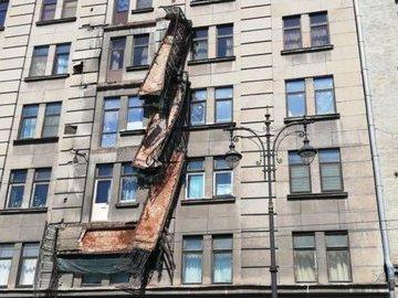 Власти Петербурга назвали причину обрушения балкона в центре города