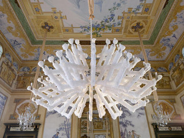 В Чехии дизайнеры вырастили светильник в химической лаборатории