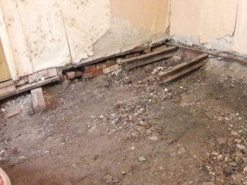 Житель Санкт-Петербурга нашел в своей квартире рельсы