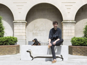 Дизайнеры расставили по Лондону необычные скамейки