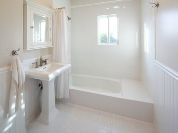Обновляем классическую белую ванную комнату