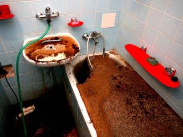 В Саратове засорившуюся канализацию чистят третьи сутки