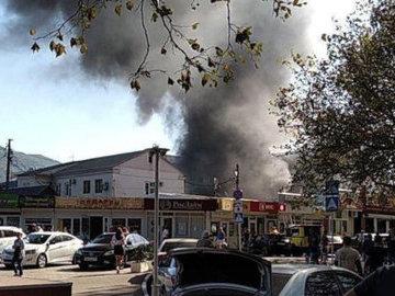 В Геленджике были эвакуированы жители домов в районе пожара на рынке