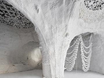 В центре Мадрида появилась белая пещера