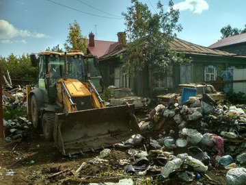 Рабочие расчистили свалку, которую мужчина собирал семь лет