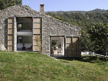 Как мужчины построили дом в горах собственными руками